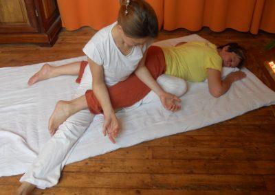 massage thaï: pression avec les avants bras