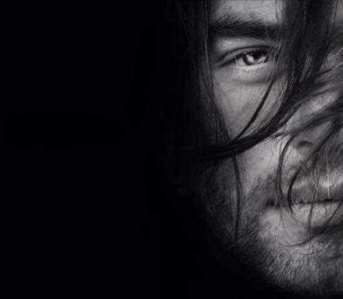 visage d'homme en noir et blanc